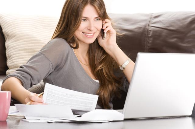 Kvinna betalar räkningar