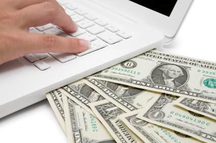 Pengar bredvid dator